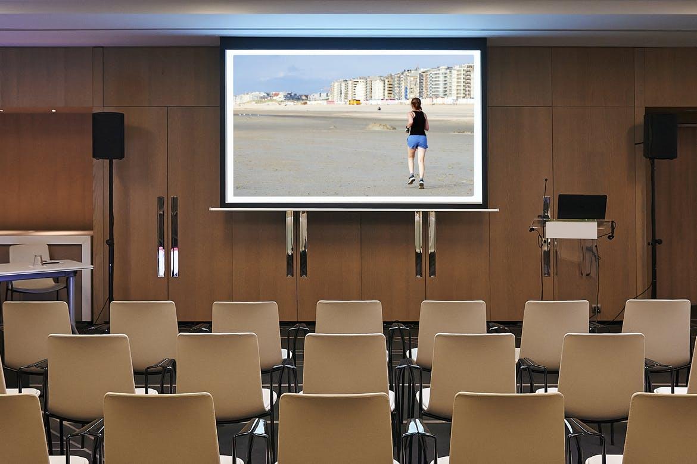 会议室投影大屏样机素材下载(PSD) conference-room-screen-horiz-mockup-SAY2CKE