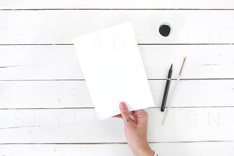 女性手持空白纸张/海报/传单样机模板designshidai_yj192