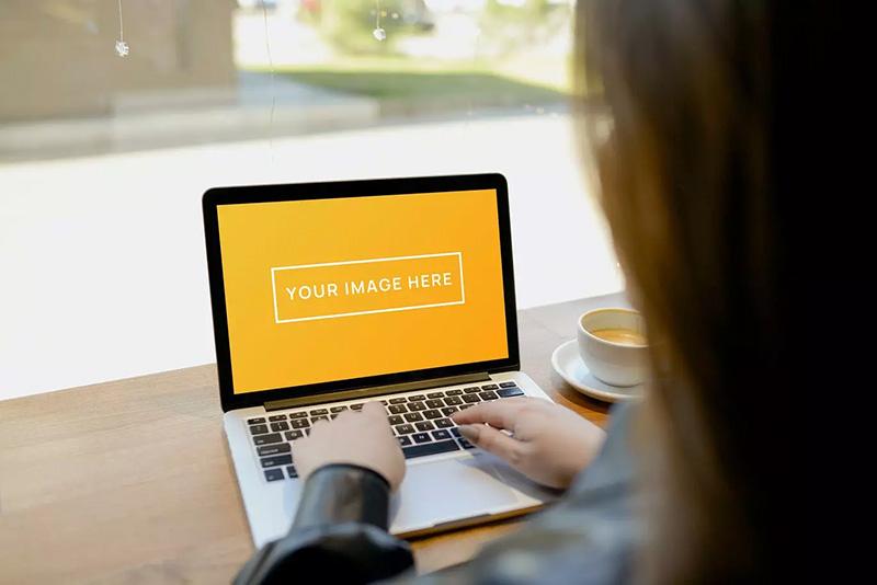 咖啡馆工作场景MacBook Pro 13电脑屏幕展示效果图样机designshidai_yj019